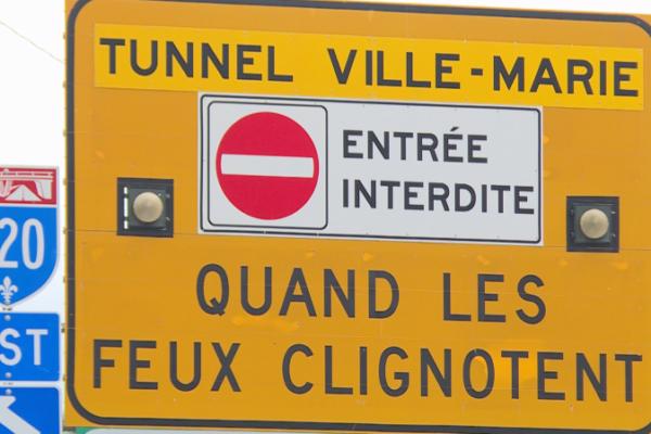 علائم رانندگی فرانسوی و انگلیسی در کبک